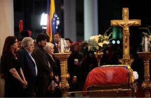 Autoridades-junto-feretro-Chavez